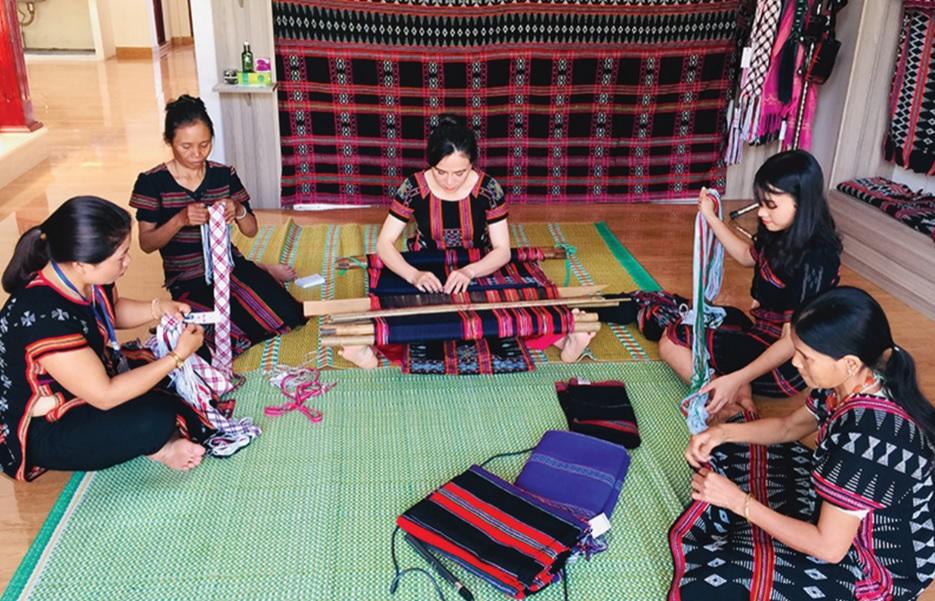 Nhiều chị em người Pa Cô tìm đến chị Kăn Phúc để học nghề dệt.