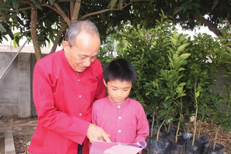 Ông Nguyễn Văn An truyền dạy làn điệu dân ca đến thế hệ trẻ. (Ảnh: Đ.Thọ)