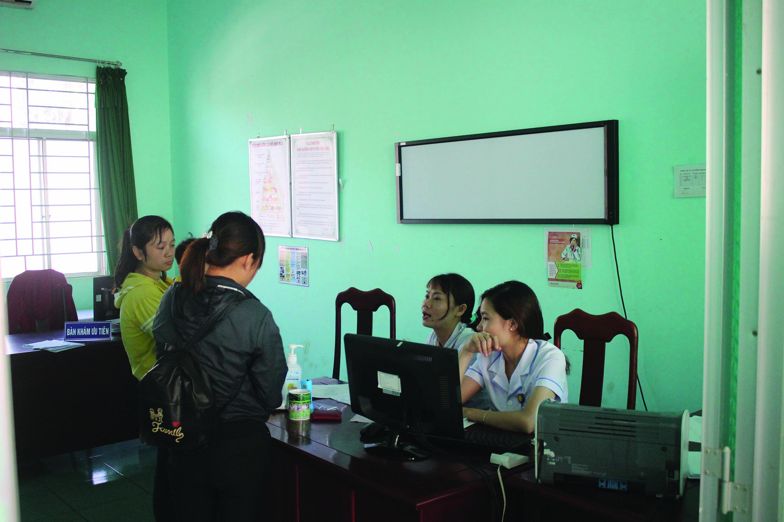 Các bác sĩ Bệnh viện Đa khoa tỉnh Đăk Nông tư vấn về bệnh sốt rét cho người dân .