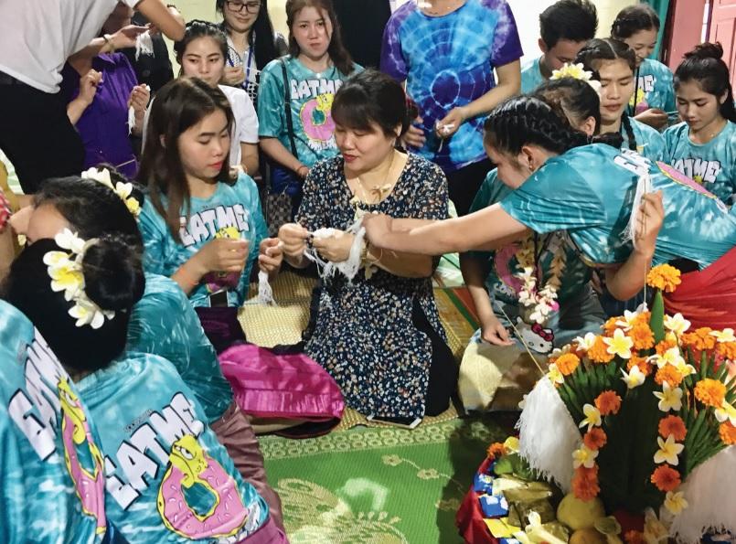 Tục buộc chỉ cổ tay trong dịp Tết cổ truyền Bunpimay của dân tộc Lào.