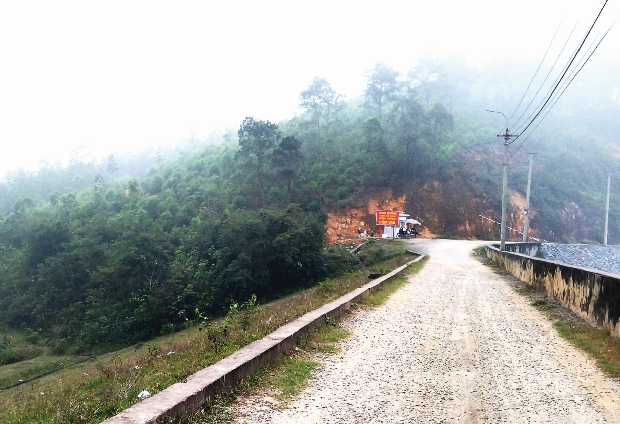 Công ty tự ý lập trạm barie trên đường đi của người dân.