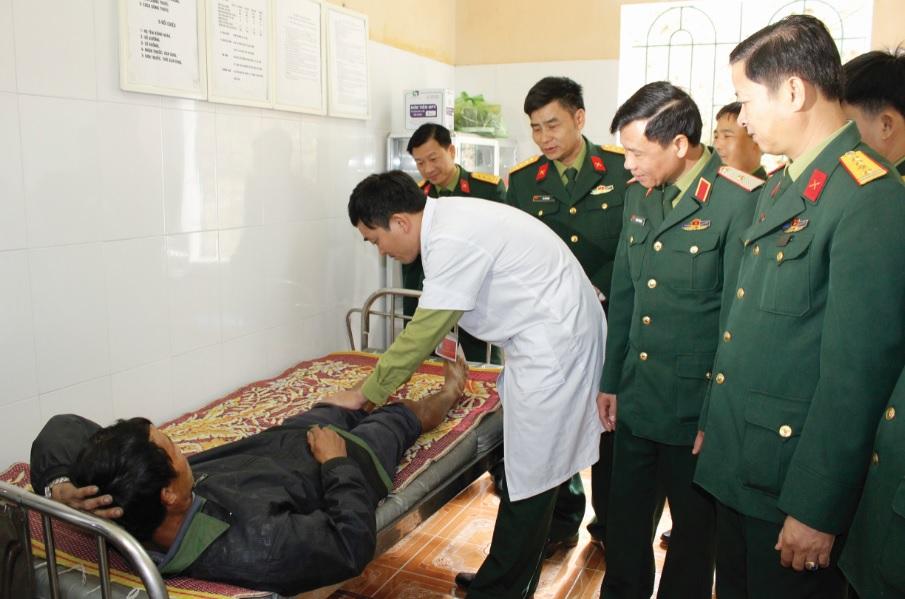 Bác sĩ Thành mặc áo trắng chăm sóc sức khỏe cho bệnh nhân.