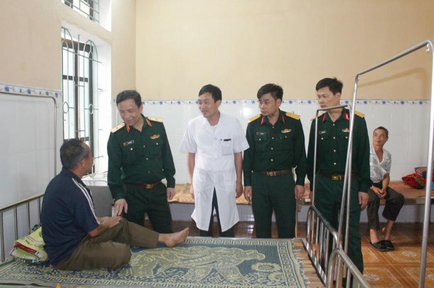 Với tinh thần trách nhiệm, sự tận tình, chu đáo, bác sĩ Phan Văn Thành (áo trắng) và các đồng đội luôn nhận được sự tin tưởng của bà con.