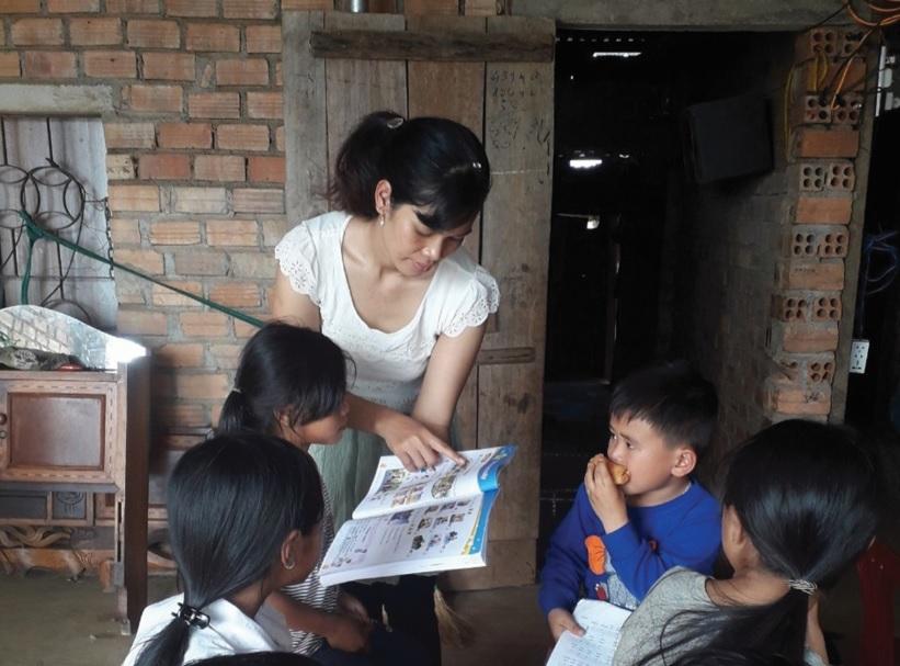 Tranh thủ ngày nghỉ cuối tuần cô H'Brông mở lớp dạy tiếng Anh miễn phí cho học trò.