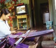 Chị Phạm Thị Bể, Làng Teng, xã Ba Thành đang dệt vải.