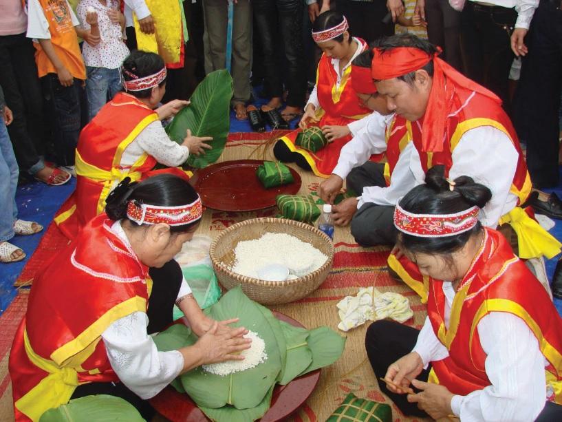 Người dân tham gia gói bánh chưng tại lễ Giỗ Tổ Hùng Vương.