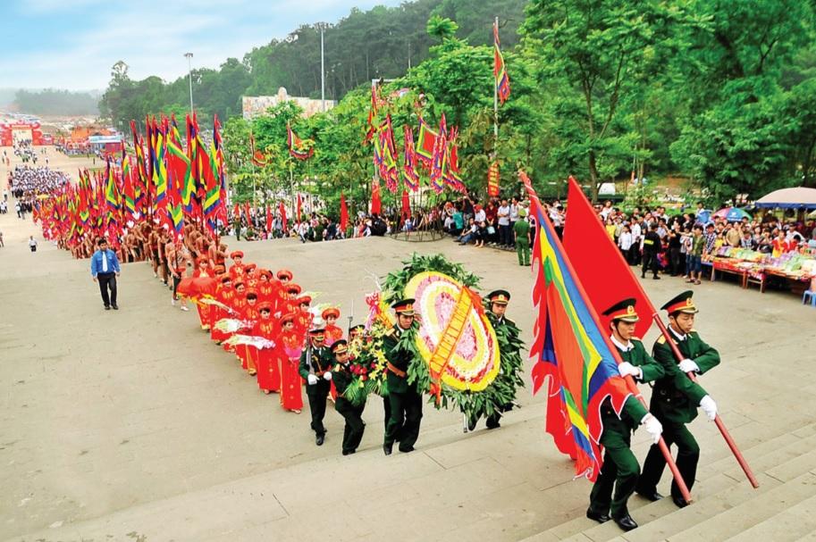 Xây dựng Lễ hội đền Hùng thành lễ hội mẫu mực cho cả nước. (Trong ảnh: Các tổ chức đoàn thể đang dâng hương tại Đền Hùng trong Lễ Giỗ Tổ Hùng Vương). Ảnh: TL
