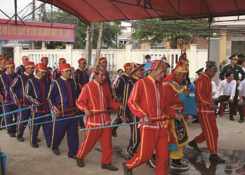 Hát bả trạo trong lễ hội cầu ngư diễn ra hằng năm tại làng chài Hải Ninh, xã Bình Thạnh, huyện Bình Sơn, Quảng Ngãi.