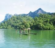 """Hồ Ba Bể được ví như  """"viên ngọc xanh"""" giữa đại ngàn."""
