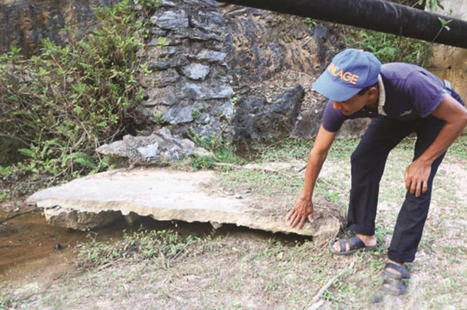 Bê tông thân đập Khe Ngang bị bong tróc từng mảng nguy cơ vỡ đập trong mùa mưa lũ gây lo lắng cho người dân.
