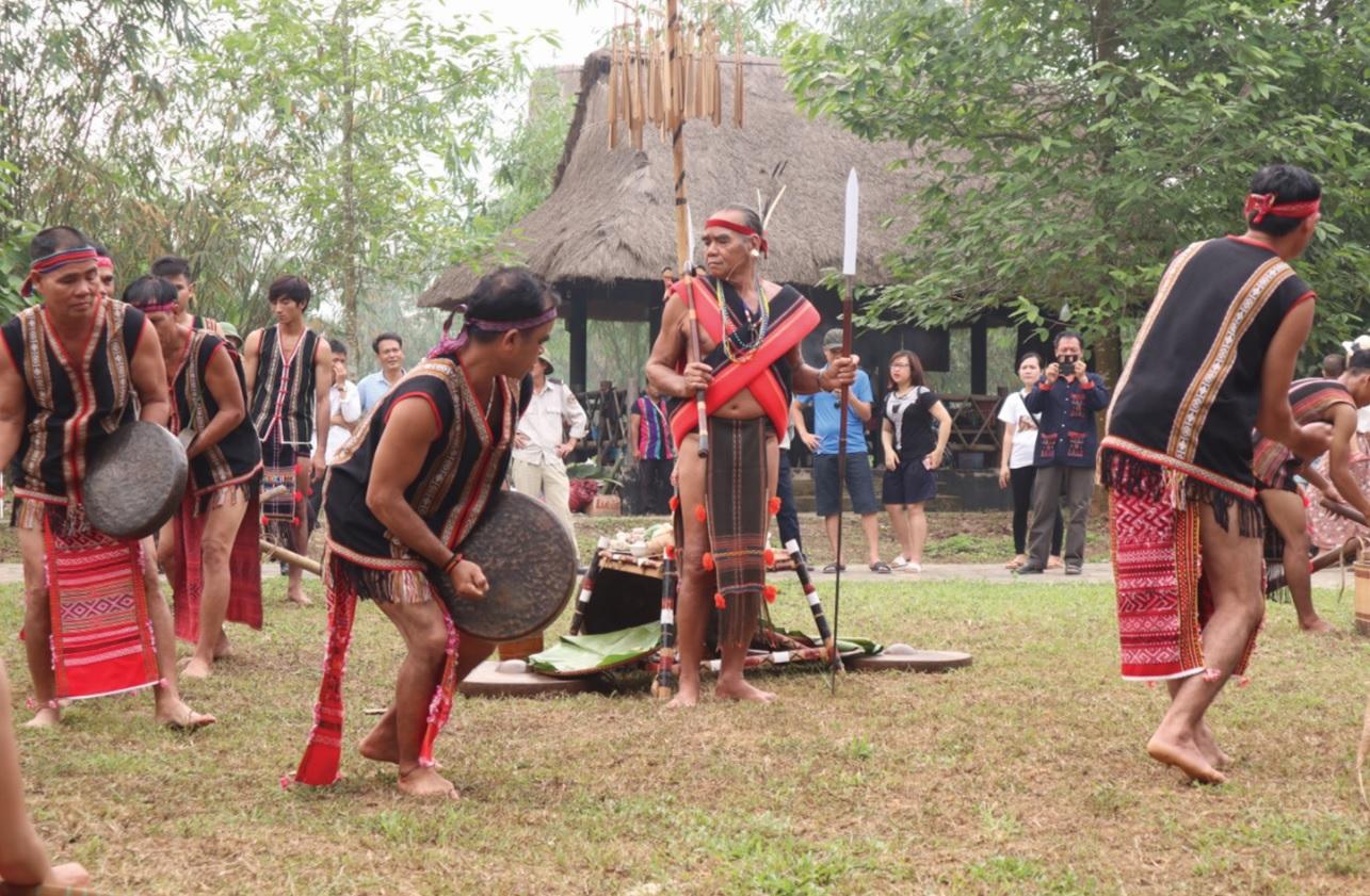 Đồng bào nối nhau theo vòng tròn quanh sân lễ biểu diễn, múa cồng chiêng.