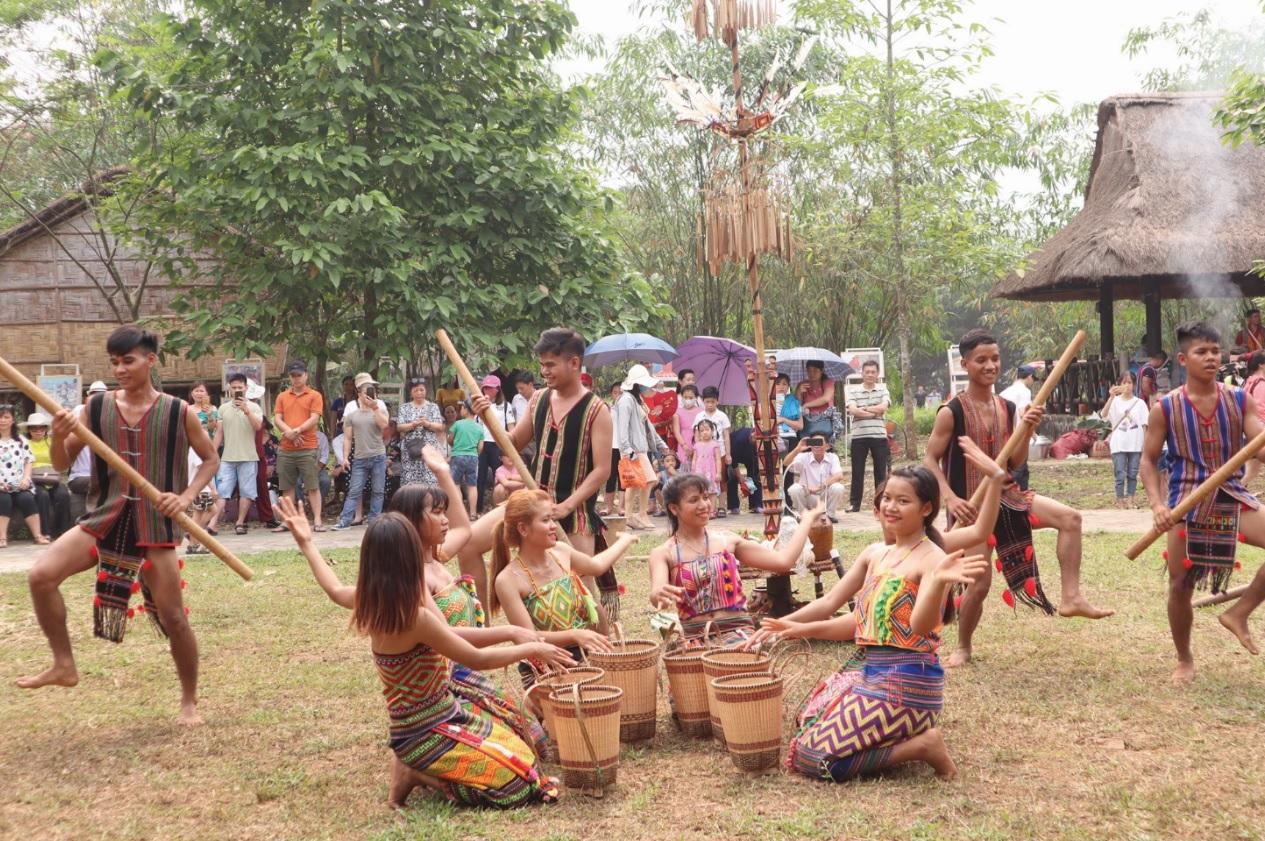 Sau phần lễ, bà con cùng nhảy múa, ca hát những vũ điệu truyền thống của người X'tiêng trong ngày hội.