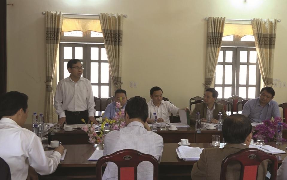 Cán bộ Phòng LĐTB&XH huyện Nậm Pồ tuyên truyền về XKLĐ cho người dân trên địa bàn.