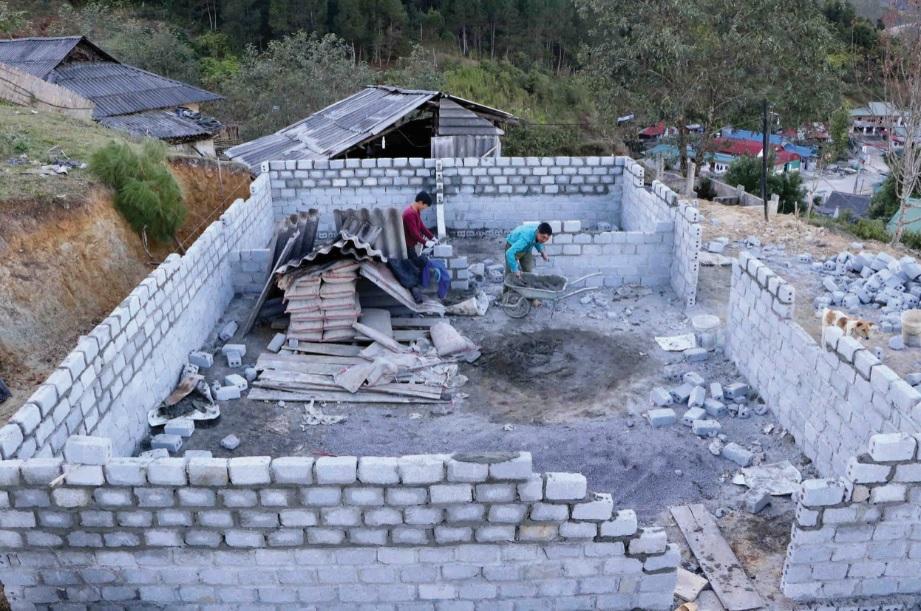 Ngôi nhà anh Tẩn A Giao trong những ngày đầu khởi công.