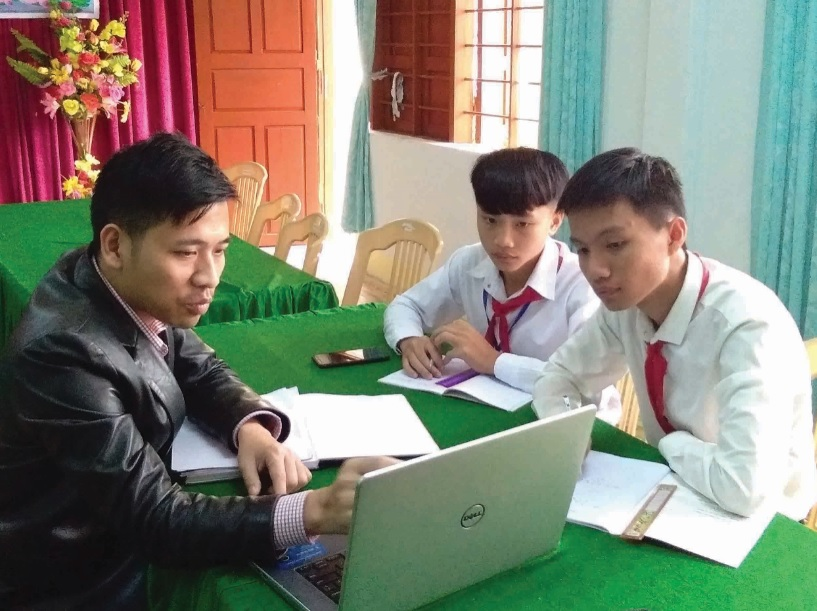 Thầy giáo Cao Hùng Thọ cùng hai trò thảo luận để hoàn thiện dự án.