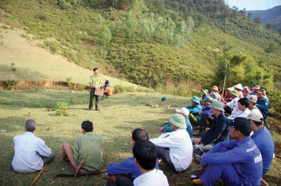 Lực lượng Kiểm lâm huyện Văn Bàn (Lào Cai) và huyện Than Uyên (Lai Châu) tuyên truyền công tác quản lý và bảo vệ rừng cho người dân.