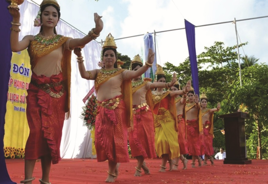 Các thiếu nữ dân tộc Khmer biểu diễn điệu múa truyền thống trong dịp Tết cổ truyền Chôl Chnăm Thmây. Ảnh TL
