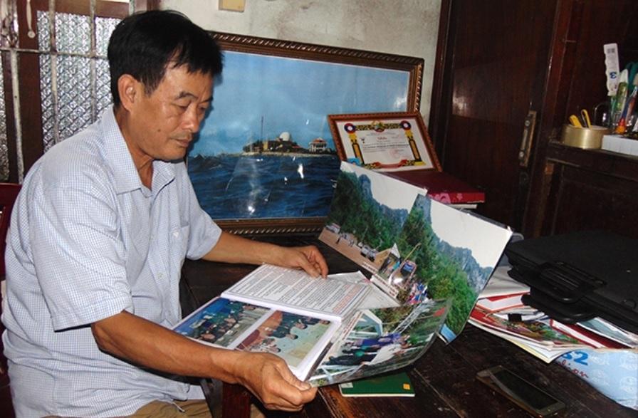 Ông Việt với những tư liệu về chiến trường xưa.