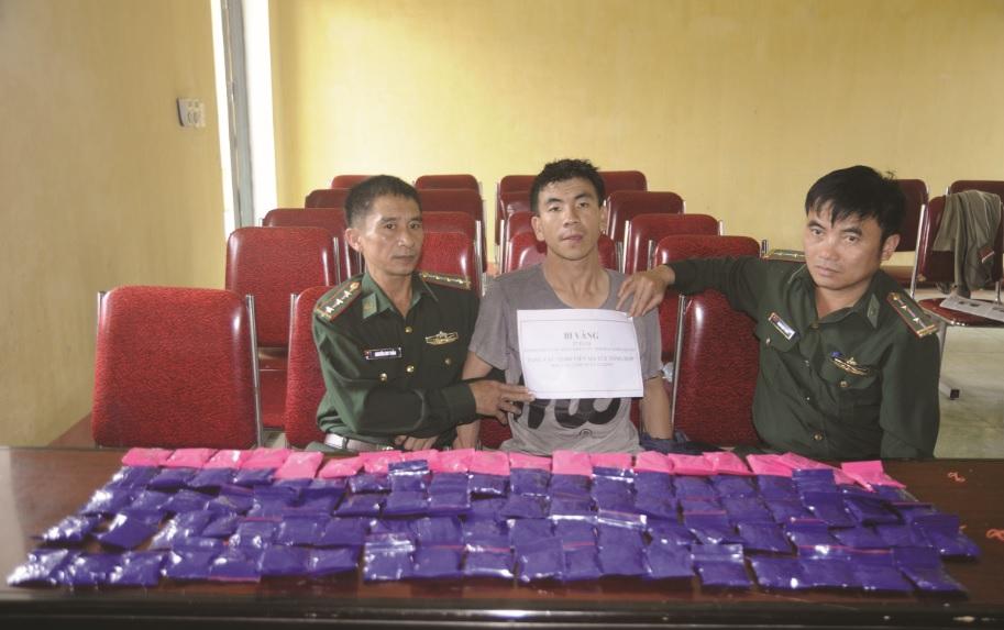 Đối tượng Bi Vàng cùng tang vật ma túy tổng hợp vừa bị BĐBP Nghệ An bắt giữ.