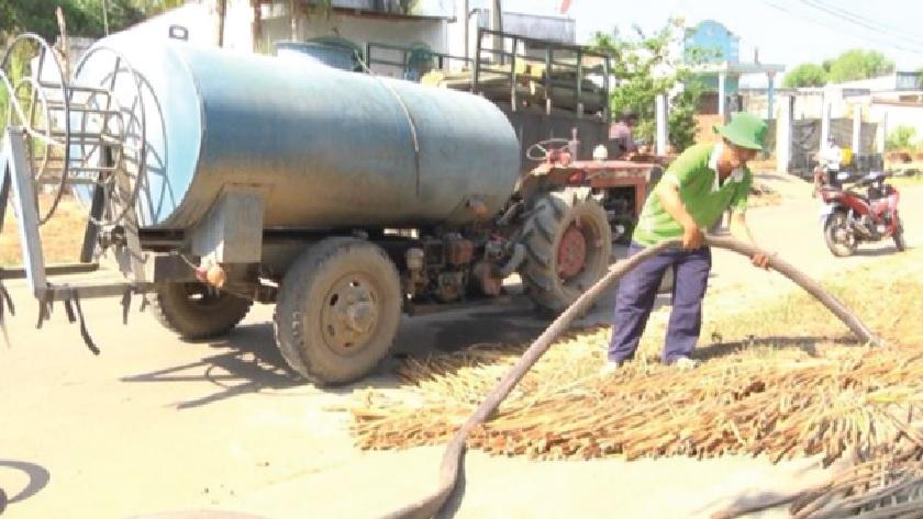 Người dân huyện Định Quán phải mua nước về sinh hoạt.