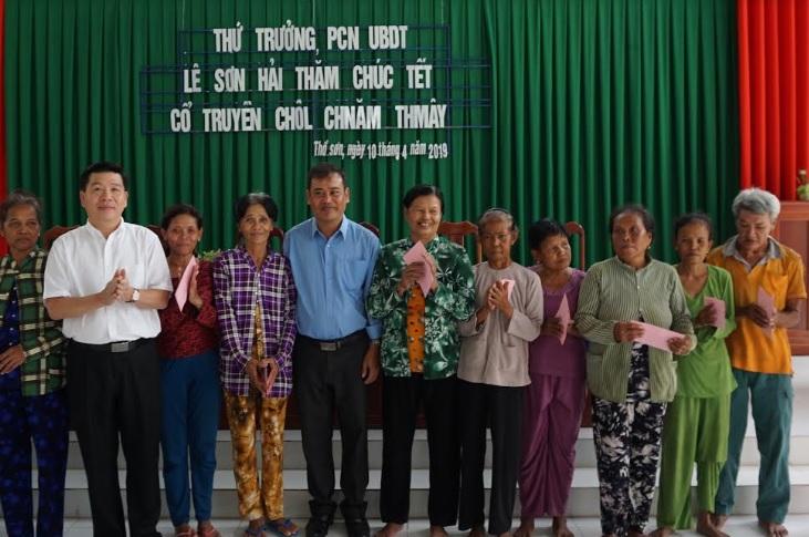 Thứ trưởng, Phó Chủ nhiệm UBDT ....tặng quà một số hộ gd tại xã Thổ Sơn, huyện Hòn Đất ( Kiên Giang)
