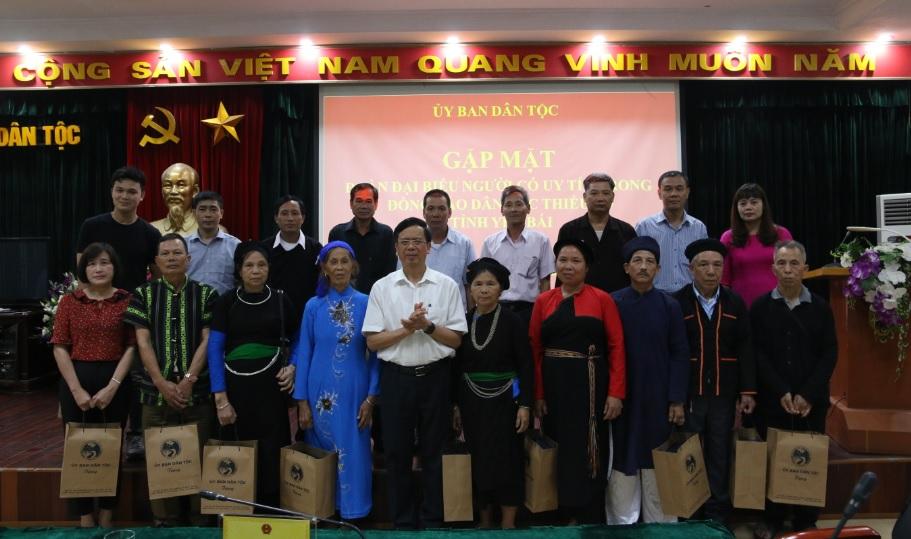 Thứ trưởng, Phó Chủ nhiệm UBDT Phan Văn Hùng chụp ảnh lưu niệm cùng các đại biểu.