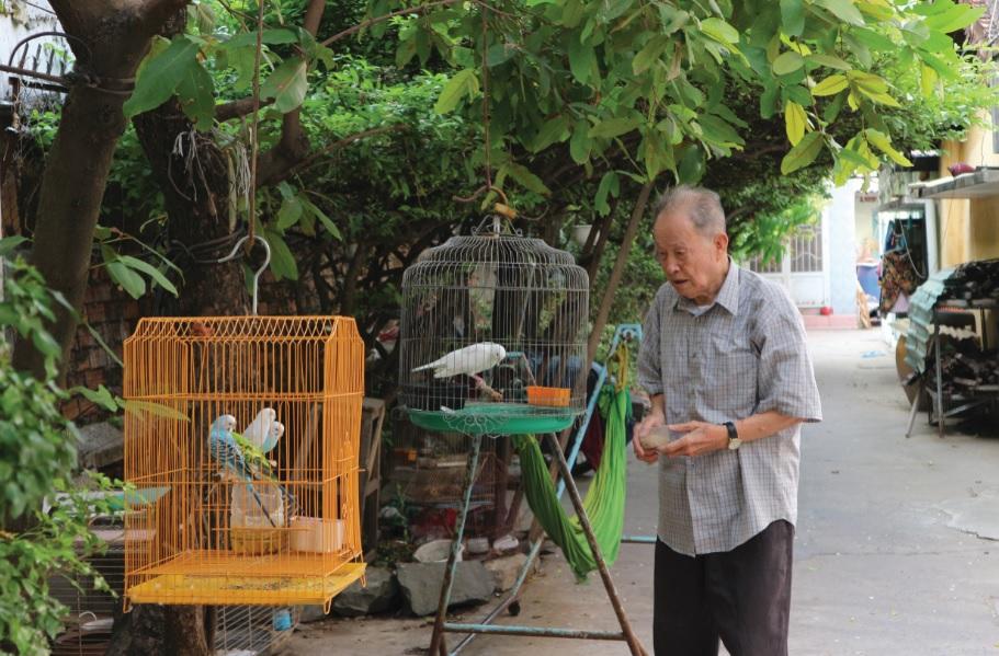 Tuy đã ở tuổi 91, nhưng Đại tá Tư Cang vẫn còn minh mẫn, sức khỏe ổn định tự chăm sóc vườn cây, chim cảnh…