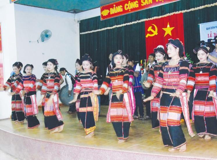 Nhờ có những nghệ nhân tâm huyết nên văn hóa truyền thống của người Ba Na ở Vĩnh Thạnh được bảo tồn, phát huy. (Trong ảnh: Các cô gái Ba Na làng K8 xã Vĩnh Sơn biểu diễn múa xoang).
