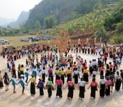 Du khách và đồng bào dân tộc Thái cùng hòa vào vòng xòe đoàn kết trong Lễ hội Cầu mưa.