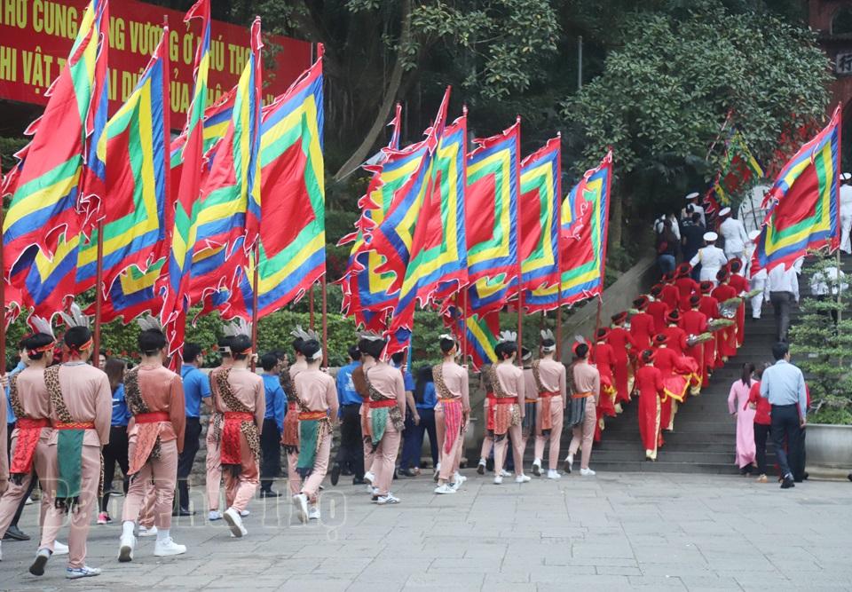 Đoàn hành lễ trên đường lên đền Thượng dâng hương các vua Hùng. Ảnh: baophutho.vn