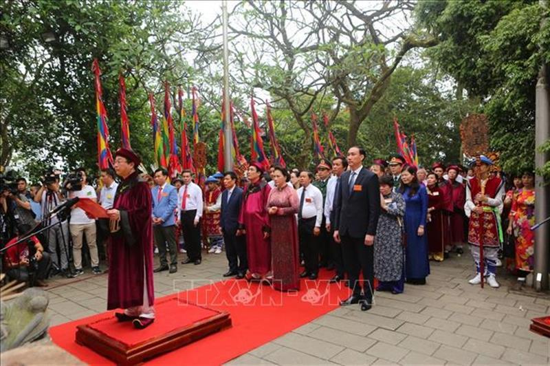 Chủ tịch Quốc hội Nguyễn Thị Kim Ngân và các đại biểu dâng hương tại Đền Thượng.