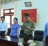 Ông Hoàng Tiến Đức (bìa phải) - giám đốc Sở GD-ĐT Sơn La, chứng kiến việc tống đạt quyết định khởi tố và lệnh bắt tạm giam ông Lò Văn Huynh - trưởng phòng khảo thí và quản lý chất lượng sở GD-ĐT tỉnh - Ảnh cắt từ clip