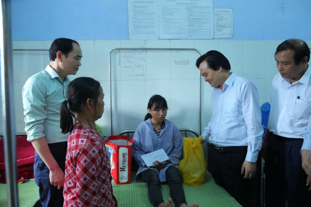 Bộ trưởng Phùng Xuân Nhạ đã đến thăm, động viên em Nguyễn Thị Hải Yến đang điều trị tại Bệnh viện Tâm thần kinh tỉnh Hưng Yên. (Ảnh: Bộ GD&ĐT)