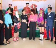 Bà Vũ Thị Thu Thủy, Phó Chủ tịch UBND tỉnh Quảng Ninh (đứng thứ 5 từ trái) và Bí thư Huyện ủy Bình Liêu Dương Mạnh Cường (ngoài cùng bên trái) trao đổi với đại biểu dự Đại hội Đại biểu DTTS huyện Bình Liêu lần thứ 3 năm 2019.