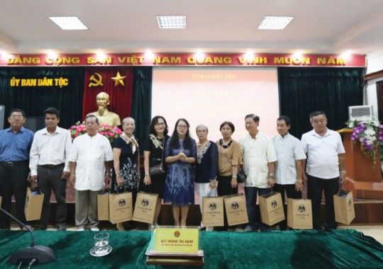 Thứ trưởng, Phó Chủ nhiệm UBDT Hoàng Thị Hạnh tặng quà và chụp ảnh lưu niệm với Đoàn đại biểu Người có uy tín TP. Cần Thơ.