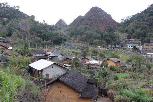Thôn Lao Xa với những ngôi nhà truyền thống của người Mông nép mình bên sườn núi đá tai mèo.