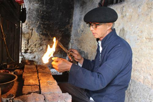 Ông Mua Sè Sính chế tác bạc thành các sản phẩm.