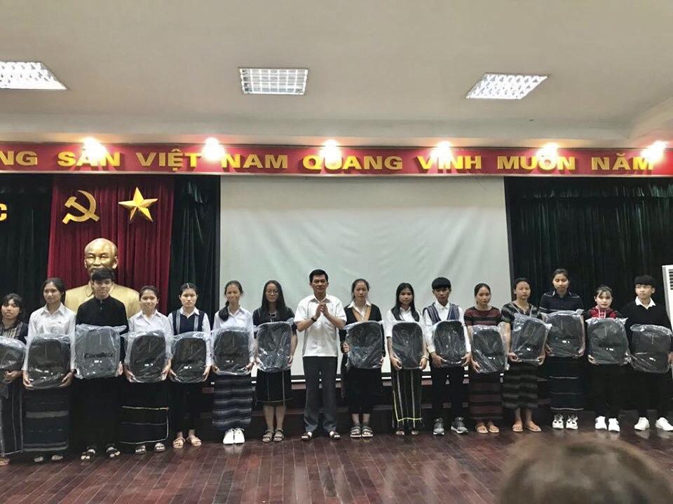Thứ trưởng, Phó Chủ nhiệm UBDT Nông Quốc Tuấn chụp ảnh lưu niệm cùng các em học sinh trường Phổ thông Dân tộc nội trú tỉnh Lâm Đồng.