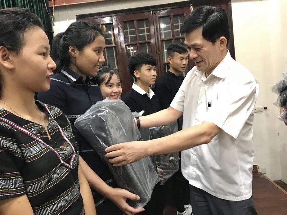 Thứ trưởng, Phó Chủ nhiệm UBDT Nông Quốc Tuấn tặng quà cho các em học sinh trường Phổ thông Dân tộc nội trú tỉnh Lâm Đồng tại buổi gặp.