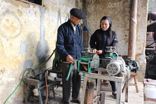 Trước kia chủ yếu làm thủ công, hiện nay nghề chạm, khắc bạc đã được máy hỗ trợ ở một số công đoạn chế tác sản phẩm.