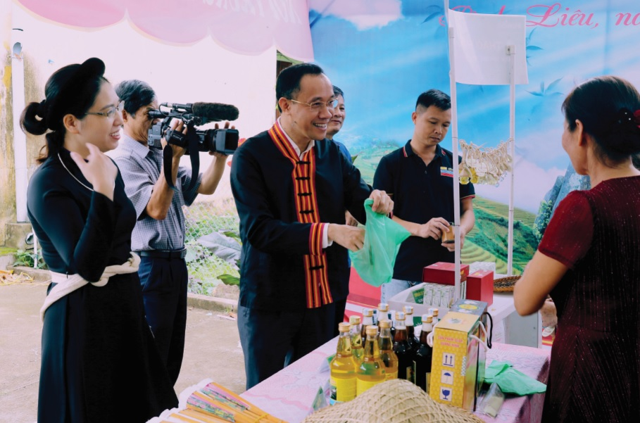 Bí thư Huyện ủy Bình Liêu- Dương Mạnh Cường (người thứ 3 bên trái) và Chủ tịch UBND huyện- Nguyễn Thị Tuyết Hạnh (ngoài cùng bên trái) xem sản phẩm OCOP Bình Liêu. (Ảnh Việt Hùng)