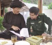Ông Pờ Dần Xinh (bên trái), bản Tá Miếu, xã Sín Thầu, huyện Mường Nhé là một trong những Người có uy tín tâm huyết bảo tồn văn hóa dân tộc Hà Nhì.