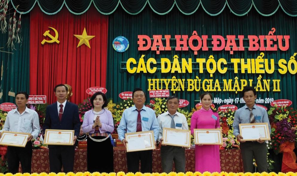 Bà Nguyễn Thị Tư, Vụ trưởng Vụ Dân tộc Thiểu số (uBDT) thừa ủy quyền Bộ trưởng, Chủ nhiệm uBDT trao Bằng khen cho các tập thể và cá nhân có thành tích xuất sắc trong thực hiện công tác dân tộc
