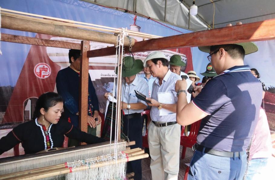 Gian hàng trưng bày, giới thiệu nghề dệt của tỉnh Quảng Trị tại Ngày hội Giao lưu văn hóa, thể thao và du lịch các DTTS vùng biên giới Việt Nam- Lào năm 2019.