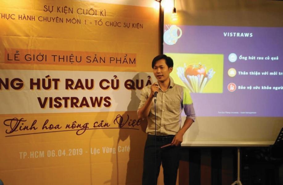 Anh Trương Thế Tiến tham gia sự kiện với các bạn sinh viên.