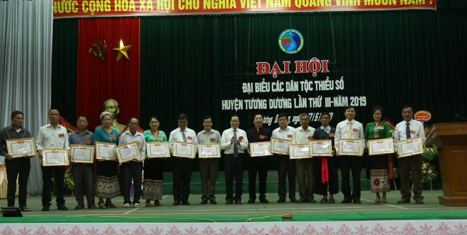 Ông Lương Thanh Hải trưởng Ban dân tộc tỉnh Nghệ An tăng kỷ niệm chương của UBDT cho các tập thể và cá nhân có thành tích xuất sắc