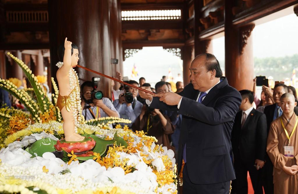 Thủ tướng Nguyễn Xuân Phúc thực hiện nghi thức tắm Phật. Ảnh VGP/Quang Hiếu