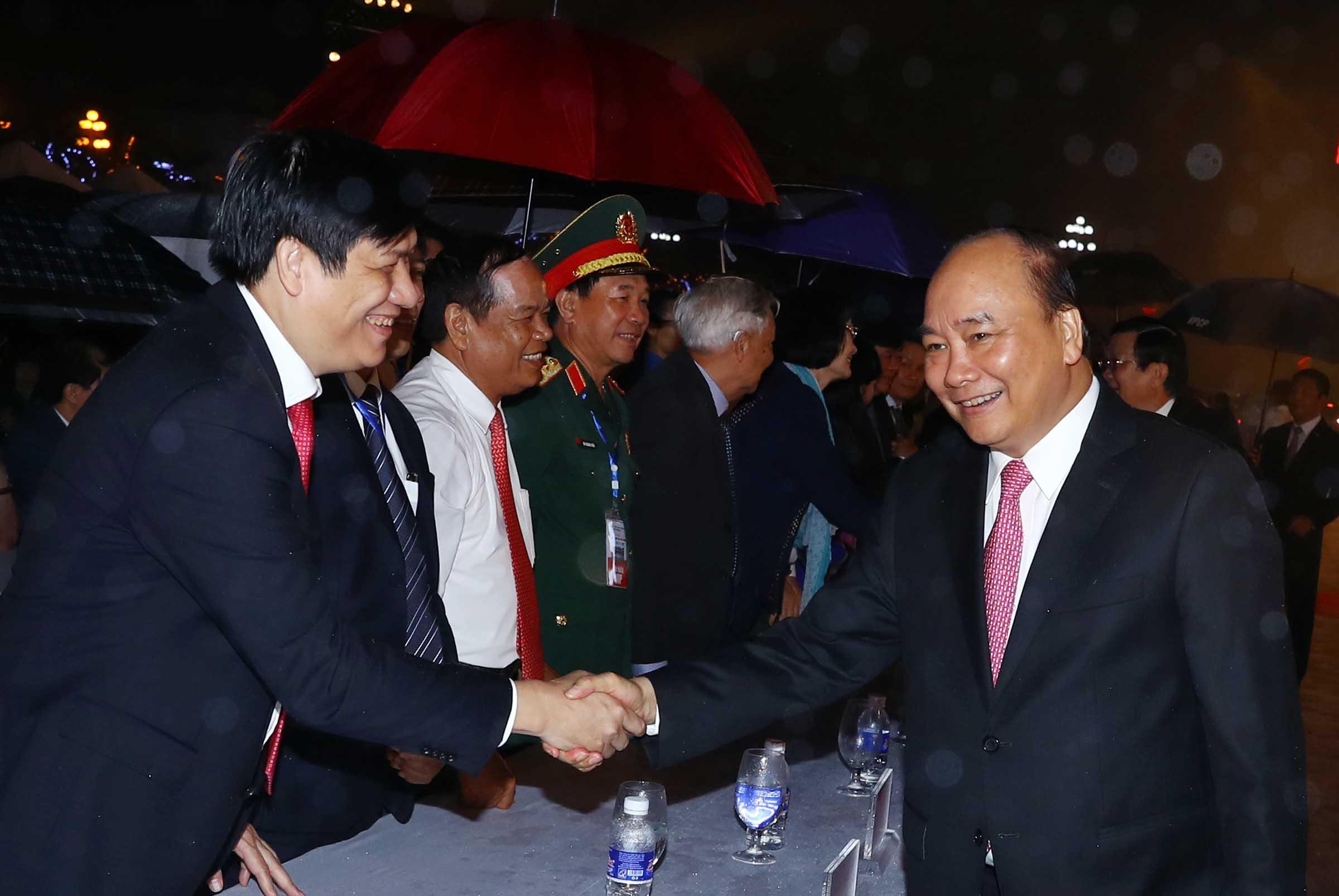 Thủ tướng Nguyễn Xuân Phúc thăm hỏi các đại biểu tham dự lễ kỷ niệm. Ảnh: VGP