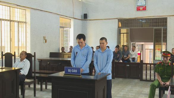 Hai bị cáo Đông và Dũng tại phiên tòa.
