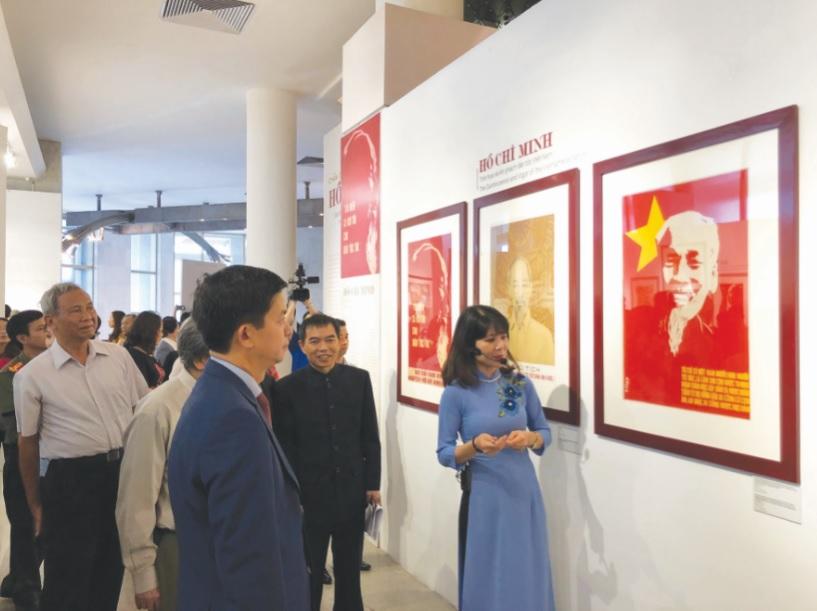 Triển lãm thu hút đông đảo công chúng thăm quan.